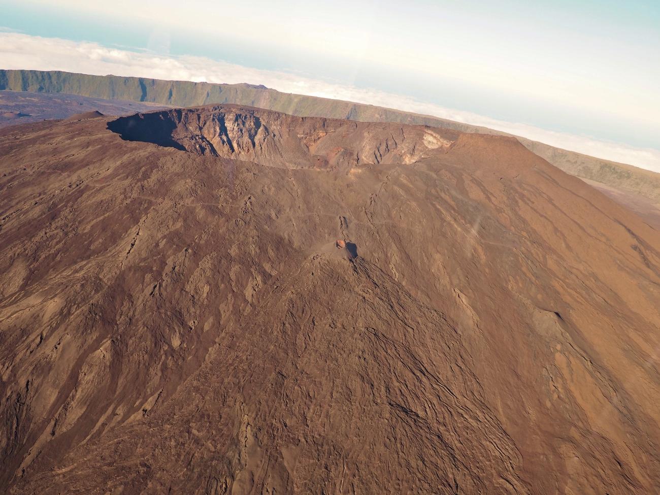 Le piton de la fournaise depuis l'hélicoptère à la Réunion