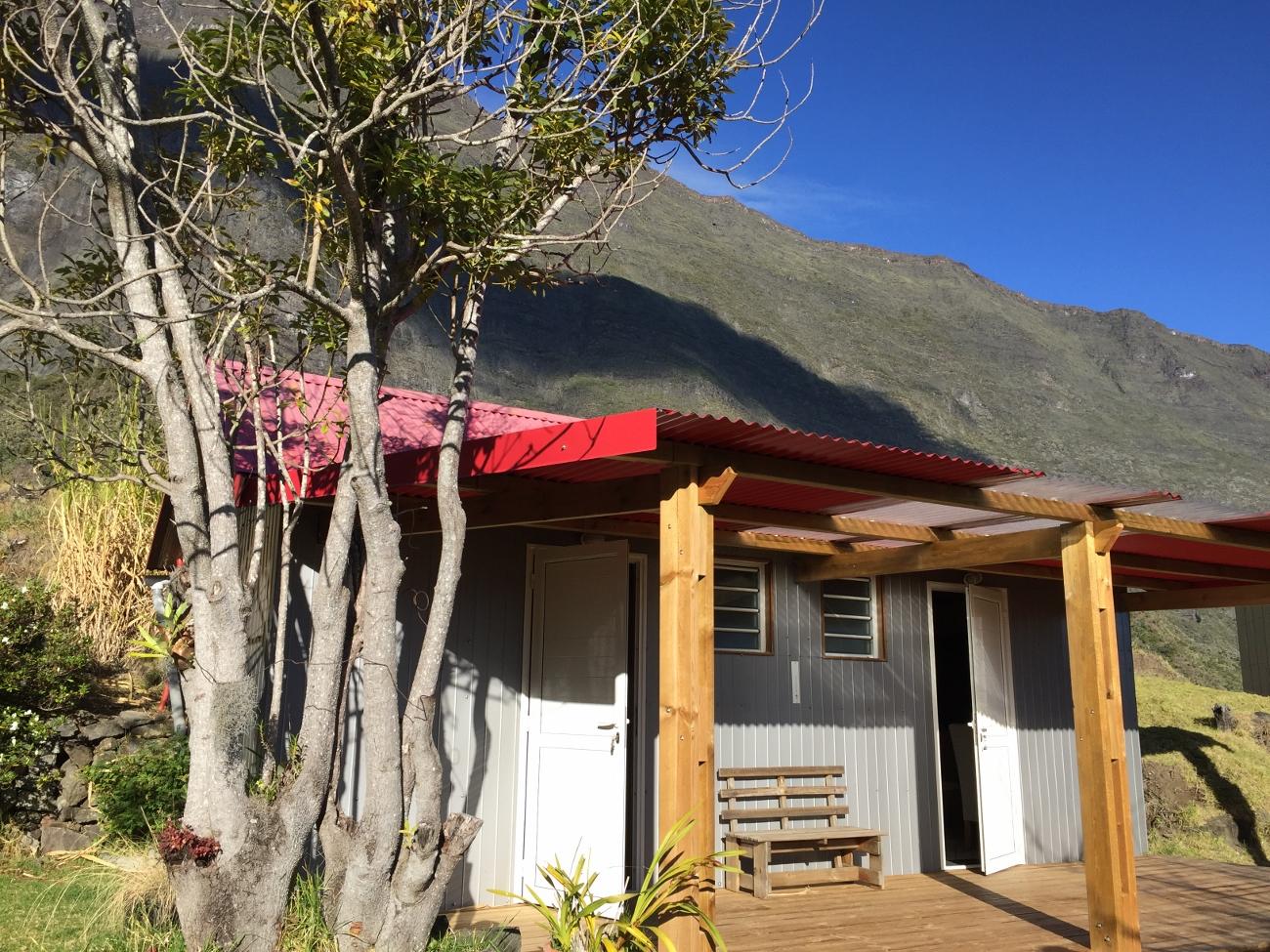 Les deux chambres avec lit double et terrasse commune du gîte de Mafate à Pat'