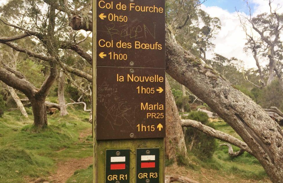Fléchage avec des panneaux sur les randonnées dans le cirque de Mafate