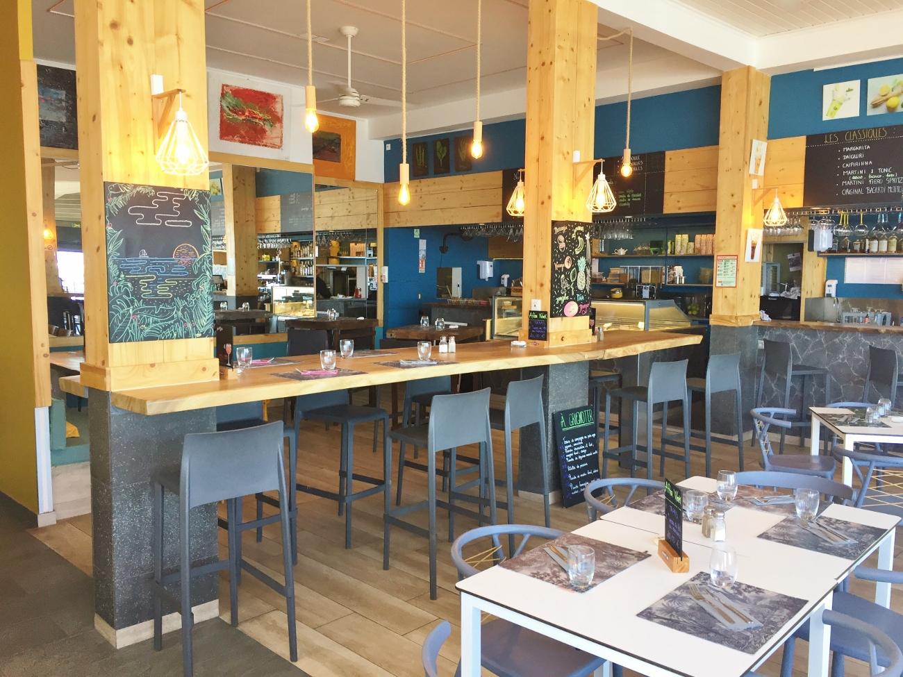 L'intérieur du restaurant l'Esplanade à Saint-Gilles-les-Bains